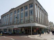 """<b>Platz 10:</b> Das irische Familienunternehmen <b>Dunnes Stores</b> betreibt im Heimatmarkt Irland sowie in Großbritannien und Spanien insgesamt 155 Filialen. Sie erwirtschaften zusammen rund 2,4 Mrd. Euro Umsatz. Das Konzept des Händlers, dessen Schwerpunkt auf Lebensmittel und Textilien liegt, orientiert sich stark am Marktführer Marks & Spencer. Foto: Murphy (<a href=""""https://creativecommons.org/licenses/by-sa/2.0/"""" target=""""_blank"""">CC-BY-SA</a>)"""