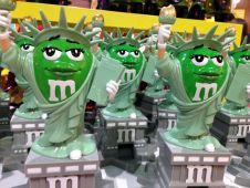 <b>Platz 2:</b> Seine Kultmarke M&M präsentiert der weltweit zweitgrößte Süßwarenhersteller <b>Mars</b> in zwei Markenshops in London und Las Vegas. Weniger glamourös gestaltet sich der Wettbewerb zu Mondelez. Mit dem Nahrungsmittelriesen liefert sich das verschwiegene Familienunternehmen ein Kopf-an-Kopf-Rennen im globalen Schokoladenmarkt. Mars erzielte mit seinen Süßwarenmarken (inkl. Wrigley) zuletzt einen Jahresumsatz von schätzungsweise 16,5 Mrd. USD.