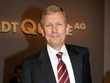 <b>1. Juni 2004:</b> Der in tiefrote Zahlen gerutschte Handelskonzern bekommt eine neue Führungsspitze - den bislang für den Versandhandel zuständigen Vorstand Christoph Achenbach.