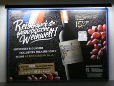Schon auf dem Parkplatz werben Plakate für die Reise durch die französische Weinwelt.