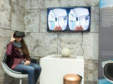 Mit der Ocolus-Brille setzt Knauber eine Technik aus dem Computerspielebereich für sich ein. Mittels dieser kann die Kundin verfolgen, wie die Schrankbauabteilung in der Bonner Filiale arbeitet.  Dort entstehen Schränke nach den Wünschen der Kunden.