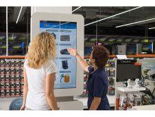Über Online-Terminals ist der Markt in Ingolstadt nahtlos mit dem Webshop Saturn.de verknüpft.