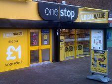 <b>Tesco</b> wagt in Großbritannien einen Vorstoß in das Discountsegment: Die Convenience-Tochter des angeschlagenen Vollsortimenters testet ein neues Format unter dem Namen One Stop Local Value. Dazu wurden drei der insgesamt 780 Convenience-Märkte unter dem Namen One Stop auf das Discount-Format umgemünzt und dienen derzeit als Pilotmärkte. Die traditionelle rote Filialfassade von One Stop ist dabei einem gelben Ladendesign gewichen. Foto: Tesco