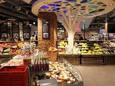 Blickfang in der Obst- und Gemüseabteilung sind stilisierte Lichtbäume.