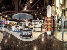 Im Inneren empfängt der Flagshipstore seine Kunden mit einer kühlen Atmosphäre und glänzenden Oberflächen.