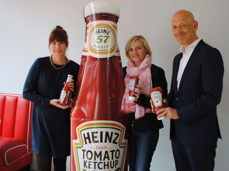 Stephanie Keilholz (v.l.n.r.), Trade Marketing Manager Mid Europe, Sabine Huttmann, Brand Manager Mid Europe, und Guido Kühne, Business Unit Lead Mid Europe, bei Heinz.