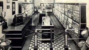 Im Jahr darauf eröffnet er in Memphis/Tennessee den ersten Piggly-Wiggly-Store – ein SB-Geschäft mit fertig verpackten Waren. Es ist der erste Supermarkt weltweit.