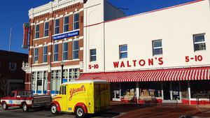 Im ehemaligen Walton's Five and Dime (Five steht für die 5-, Dime für die 10-Cent-Dollar-Münze) am Stadtplatz mitten im Zentrum von Bentonville ist heute das Walmart-Museum untergebracht.