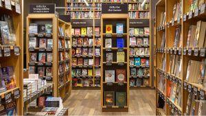 Im neuen Buchladen von Amazon gibt es zwischen 5000 und 6000 Bücher im Angebot. Die Einrichtung in Holzoptik setzt auf einen Retro-Look.