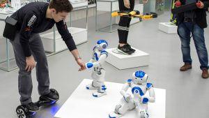 Willkommens-Gimmick für Techies: Gleich am Eingang werden die Kunden von den Mini-Robotern Carina und Christian begrüßt. Benannt sind die sprechenden und tanzenden Kerle nach den Markt-Geschäftsführern Carina Brederlow und Christian König.