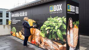 Mit der Edekabox testet die Regionalgesellschaft Südbayern die Selbstabholung online bestellter Waren. Damit bieten die Genossen ein Click & Collect in Selbstbedienung an.