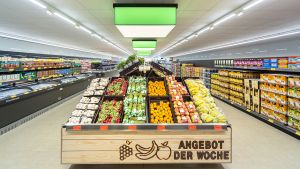 Die Profilierungsabteilung Obst und Gemüse ist wie im Vorzeigemarkt in Eglharting wertiger gestaltet und liegt jetzt im hinteren Marktbereich.  Auch das Angebot der Woche wird optisch gefälliger herausgestellt.