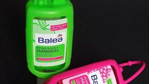 Der Hygiene-Helfer von dm hilft unterwegs kommt jetzt im Outdoor-Look daher. Das Balea-Gel lässt sich dank verstellbarer Schlaufe beispielsweise an Picknickkörben oder Kinderwagen befestigen.