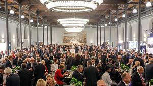 In den Festsälen der ehemaligen Bolle Meierei in Berlin-Moabit treffen sich die Spitzen der deutschen Lebensmittelbranche zum Begrüßungsabend des 60. Goldenen Zuckerhut. Im historischen Industrieambiente kommen Hersteller und Händler miteinander ins Gespräch.