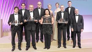Darüber hinaus geht der Goldene Zuckerhut 2017 an die Edeka-Kaufmannsfamilie Cramer sowie die Denn's Biomärkte. Jürgen Cramer (3.v.r.) und Lukas Nossol (l.) nehmen die Auszeichnung stellvertretend für ihre Handelsunternehmen entgegen.