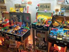 Ursprünglich ging die Website Sugafari.com im Jahr 2010 online. Zwei Jahre später eröffnete das kleine Ladengeschäft am Prenzlauer Berg. Auf nur wenig mehr als 20 qm dürfen Kunden Koffer inspizieren, in denen rund 1.000 Produkte aus 50 Ländern präsentiert werden.