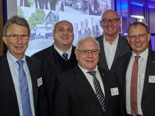 Die 154. MLF-Tagung findet bei Edeka Gebauer in Stuttgart statt. Die Gastgeber Jens und Manfred Gebauer (2.u.3.v.l.) heißen MLF-Präsident Friedhelm Dornseifer (l.), MLF-Geschäftsführer Michael Gerling und Edeka-Südwest-Chef Rainer Huber willkommen (r.).