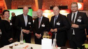 Klaus Kottmeier, Aufsichtsratsvorsitzender der dfv-Mediengruppe (3.v.l.), dfv-Geschäftsführer Peter Esser (r.) und Christiane Preuschat, stellvertretende LZ-Chefredakteurin, im Gespräch mit den beiden Metro-Vorständen Olaf Koch (2. v. l.) und Pieter C. Boone.