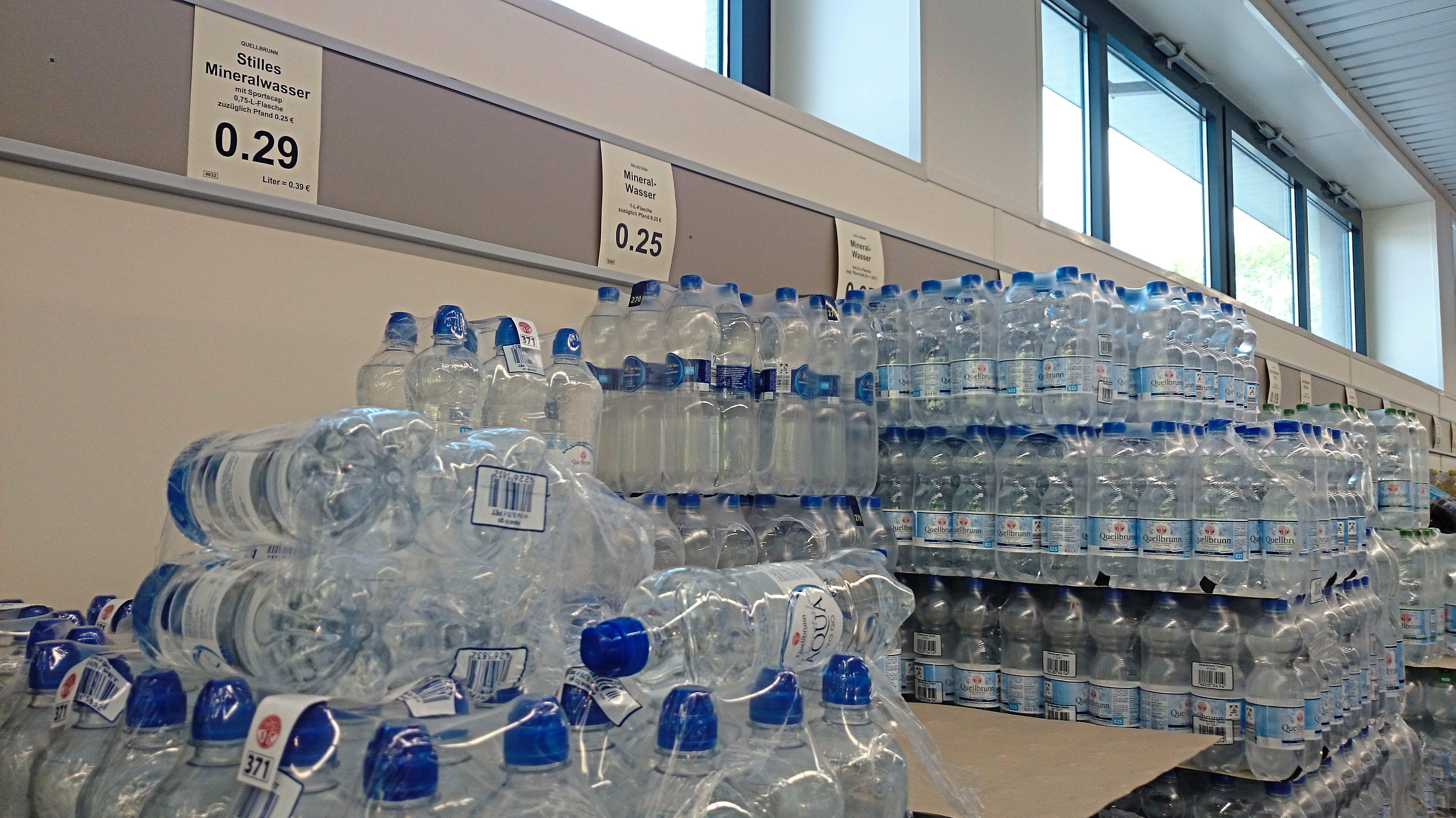 Eigenmarkenpolitik: Mehr Verkaufsfläche für Wasser