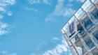 Düstere Aussichten:  Der Himmel ist blau über dem Unilever-Haus in der Hamburger Hafencity, beim