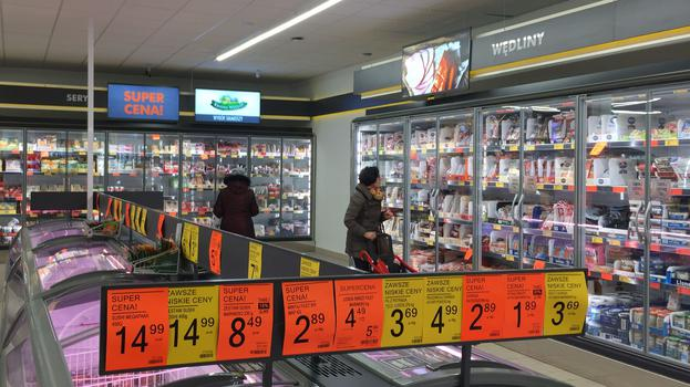 Biedronka's latest store concept features clearer price labelling and almost spartan marketing decoration. Spotlights illuminate private label displays for strategic product groups.