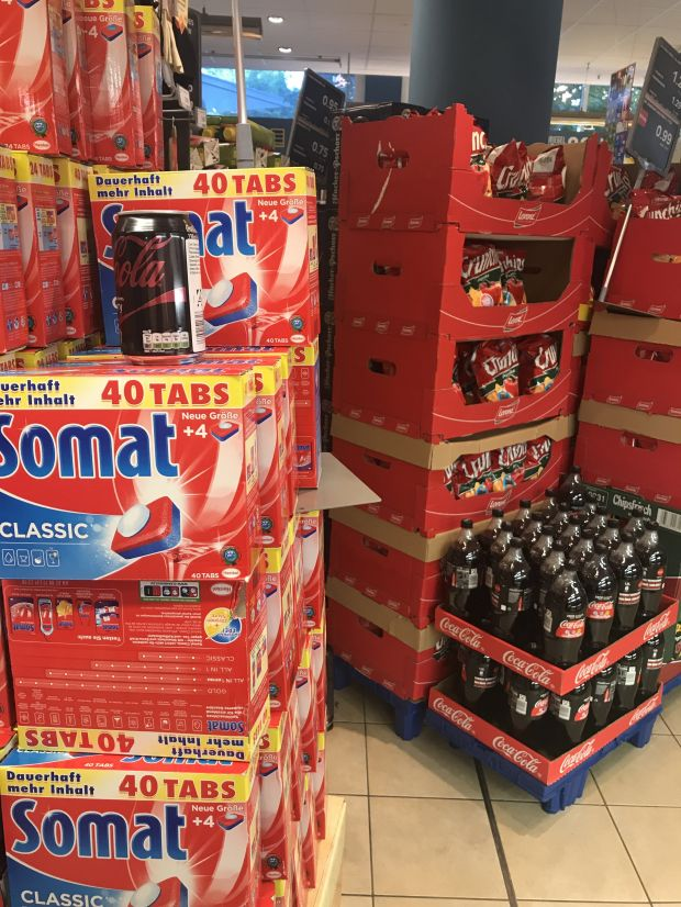 Large piles of detergents next to coke and crisps, jumbled price signs: Edeka still has homework to do regarding the positioning of its newly launched minimarket concept Xpress.