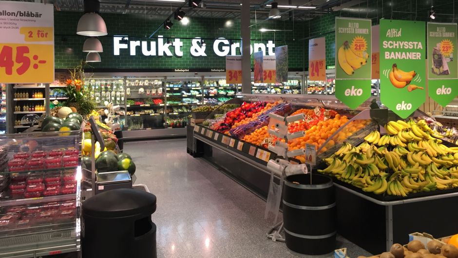 The fruit & vegetables department is very comprehensive. The green wall tiles used in this section of the store set just the right tone, conveying freshness.