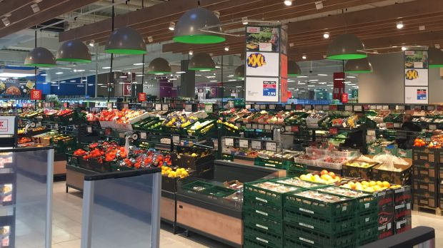 The newly remodelled fruit & vegetable area draws attention to the merchandise while allowing for a free view across the whole store.