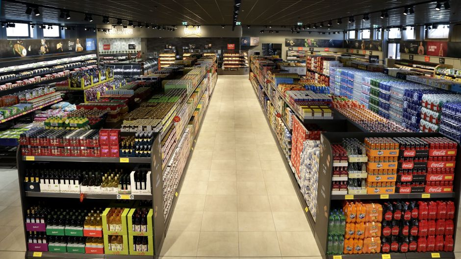 The store in Castellanza has wide aisles and price promotions are communicated through red signage and shelf talkers. The antipasti department, in-store bakery and wide wine section are located in the back of the store.