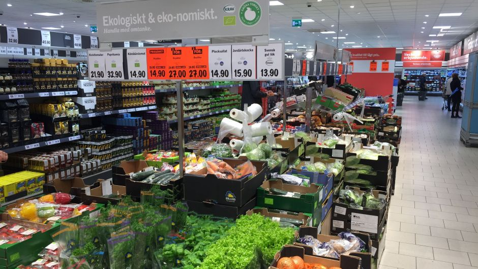 Lidl shows its fresh focus by placing fruit & vegetables by the entrance. Here, it communicates its organic range that comprises around 20% of the fruit & vegetables assortment.