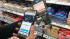 Scan & Go: Konsumenten erfassen die Artikel schon beim Gang durch den Supermarkt.