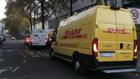 Stress  beim Ausliefern: Zwei Pakettransporter halten für die Haustür lieferung so, dass Stau vor