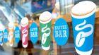 """Zum Mitnehmen:  Kaffee """"to go"""" gibt es in Tchibo-Filialen schon lange, jetzt sollen auch Einzel"""