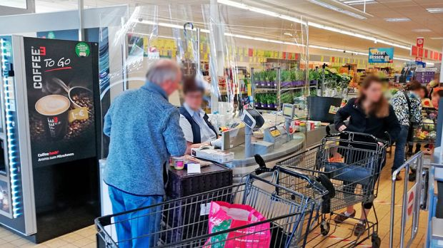 Protective walls made of Plexiglas are intended to protect the cashiers - as here at Aldi Süd.
