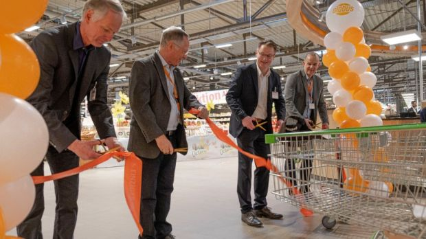 At an appropriate distance from each other, Globus Managing Director Johannes Scupin (left) and Thomas Bruch, Managing Partner of Globus Holding (2nd from left), are delighted about the new market together with their colleagues René Klauer and Jürgen Backes.