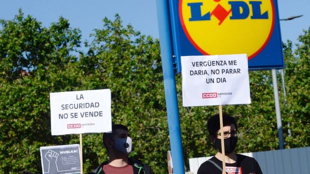 Several Lidl employees are demonstrating because they believe that the discounter does not protect them enough against the corona virus.