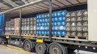 Kombiniert:  Vier Container fahren jede Woche per Lkw und Bahn nach Berlin.